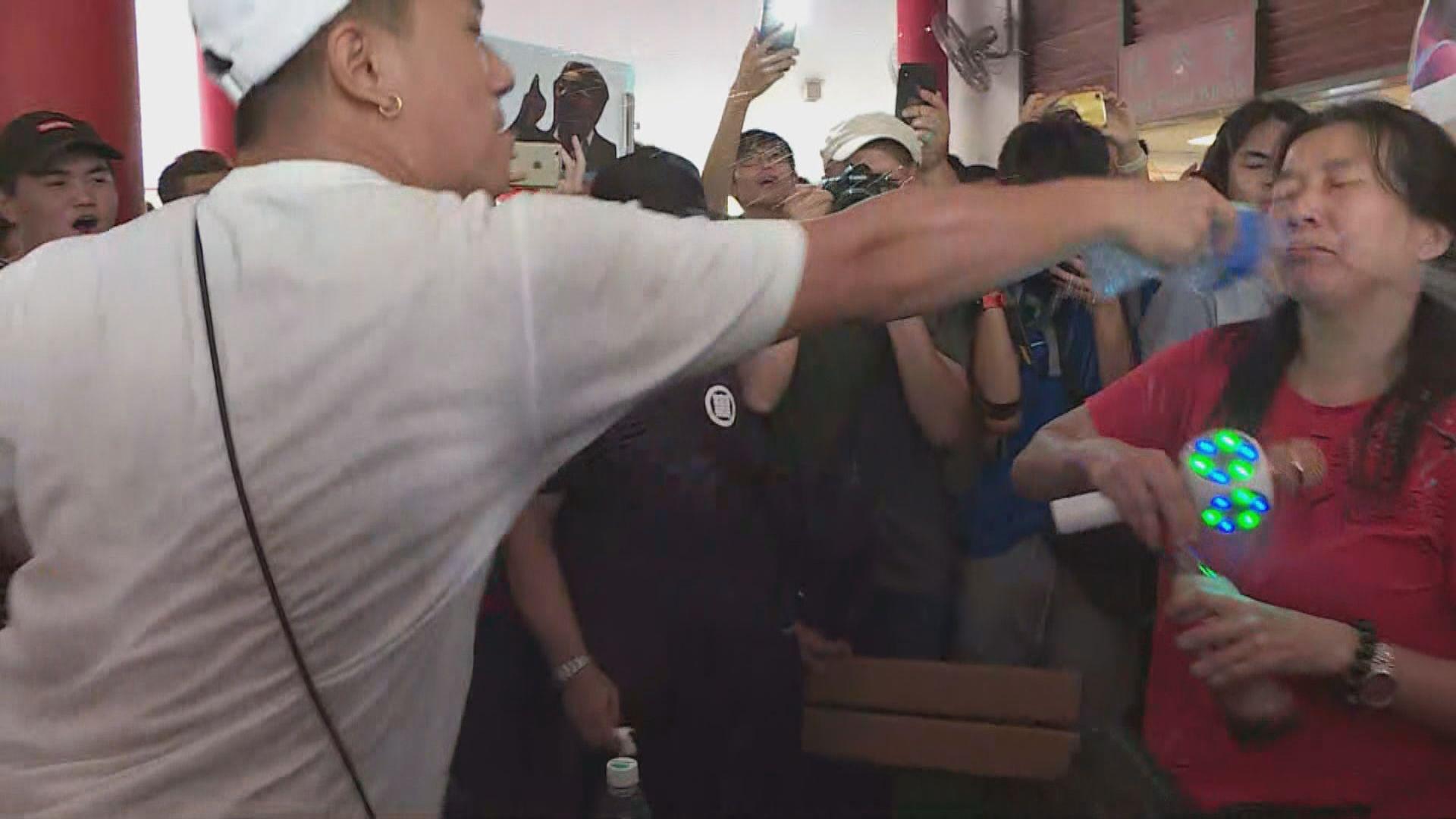 有遊行人士與表演者互潑水 警介入解圍