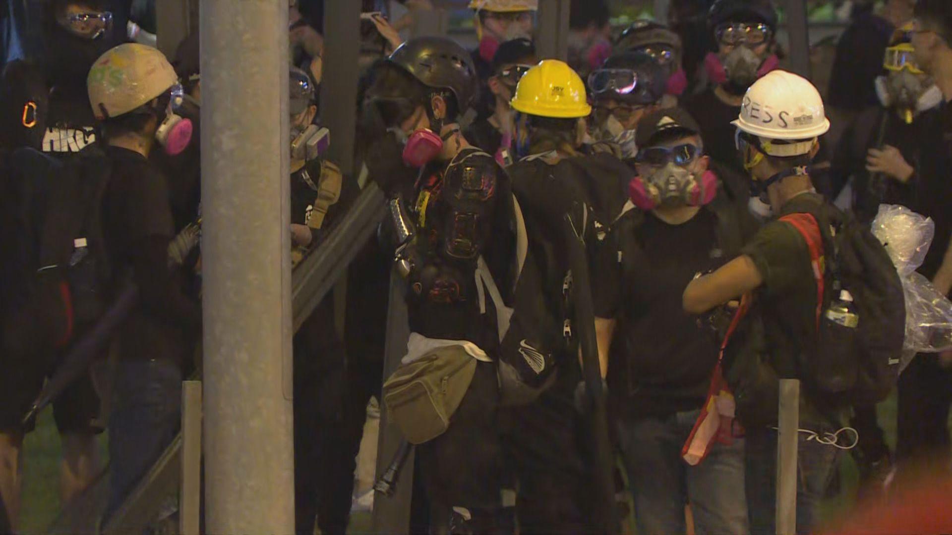 龍和道有示威者向特首辦投擲物件