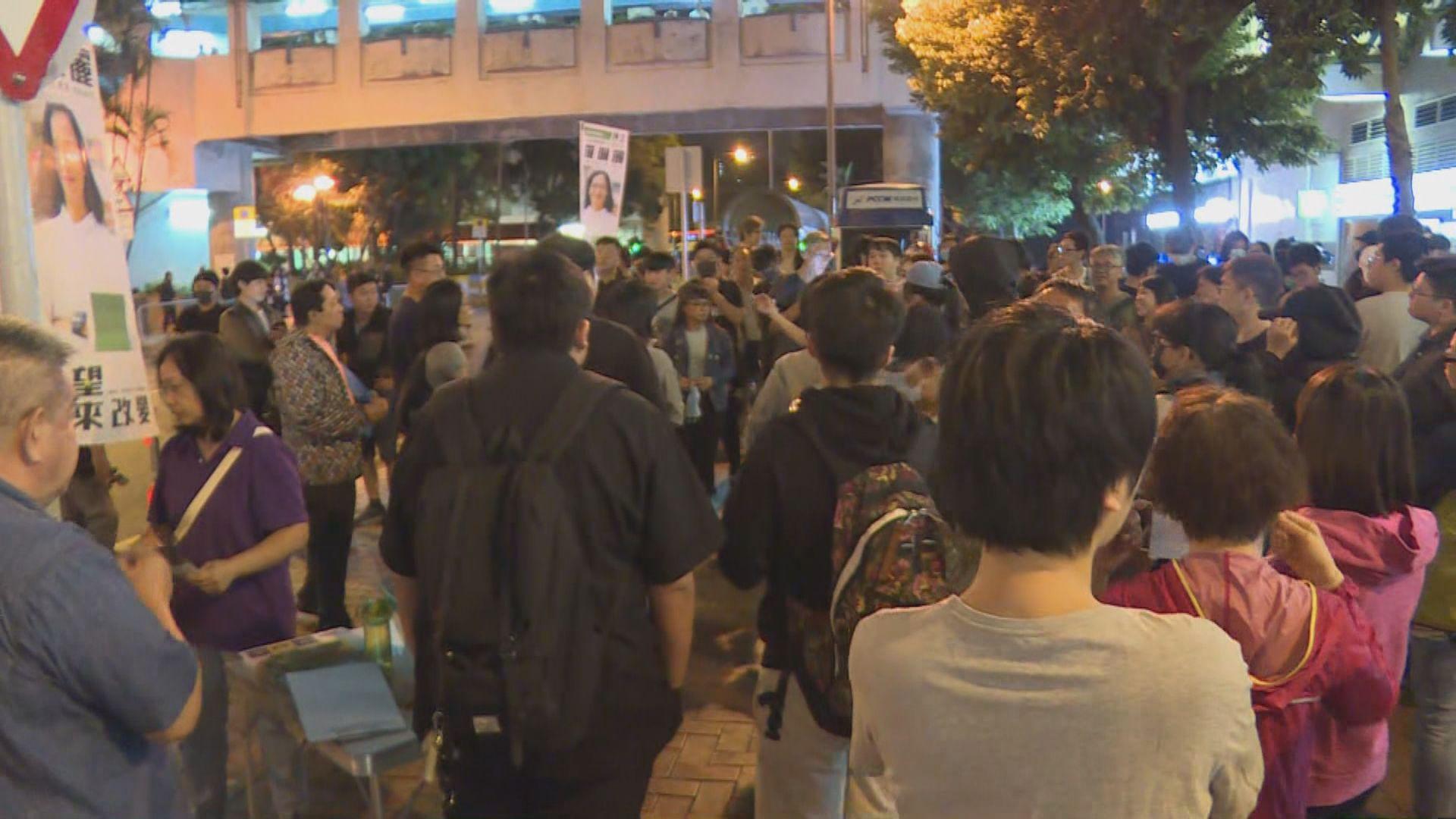有群眾於屯門大興行動基地外聚集