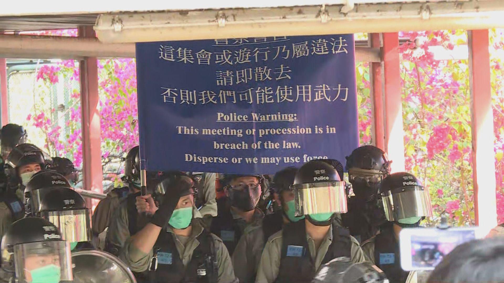 網民發起光復屯門公園 警方一度舉藍旗