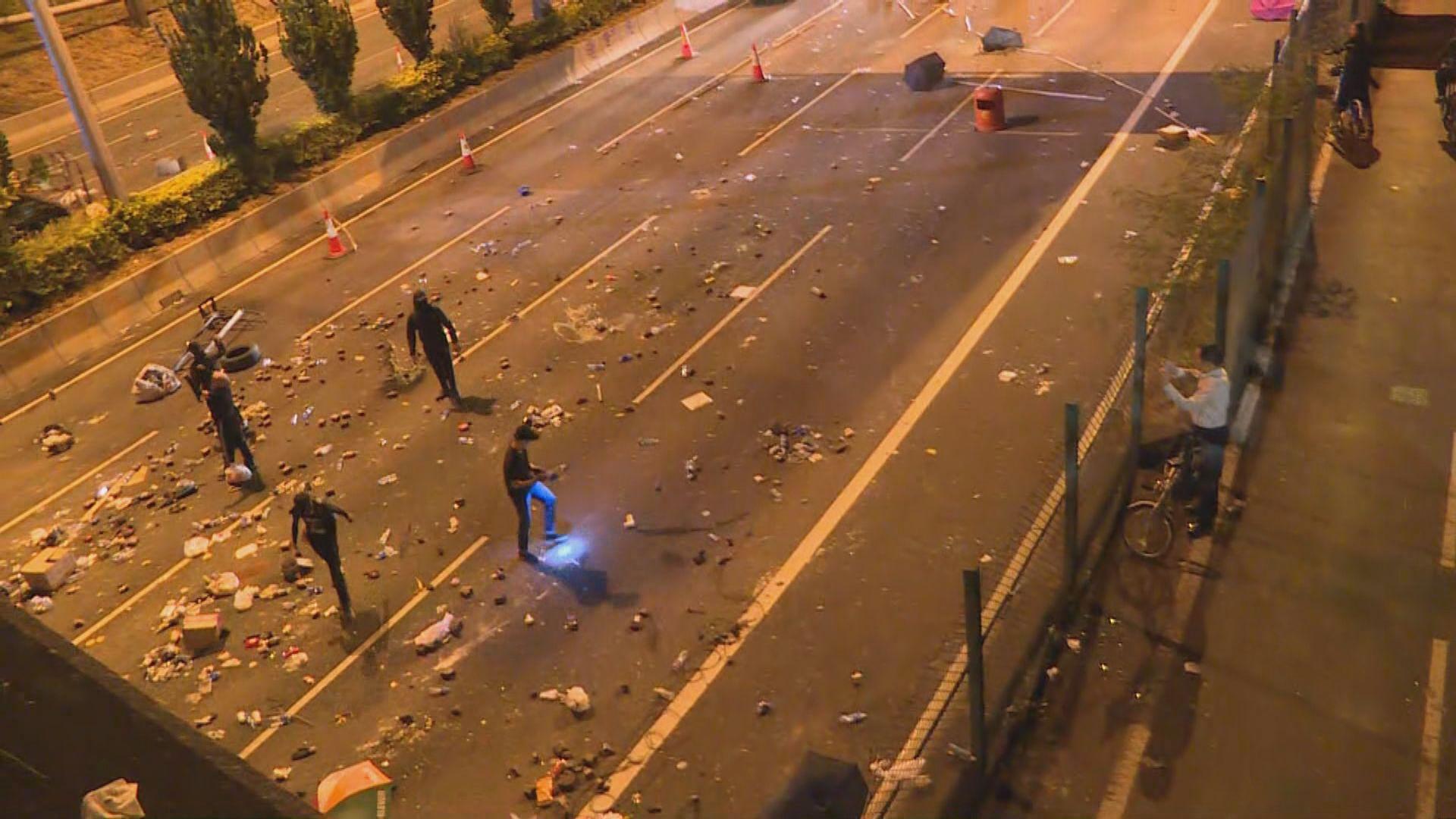 吐露港公路再被堵塞 有人投擲汽油彈