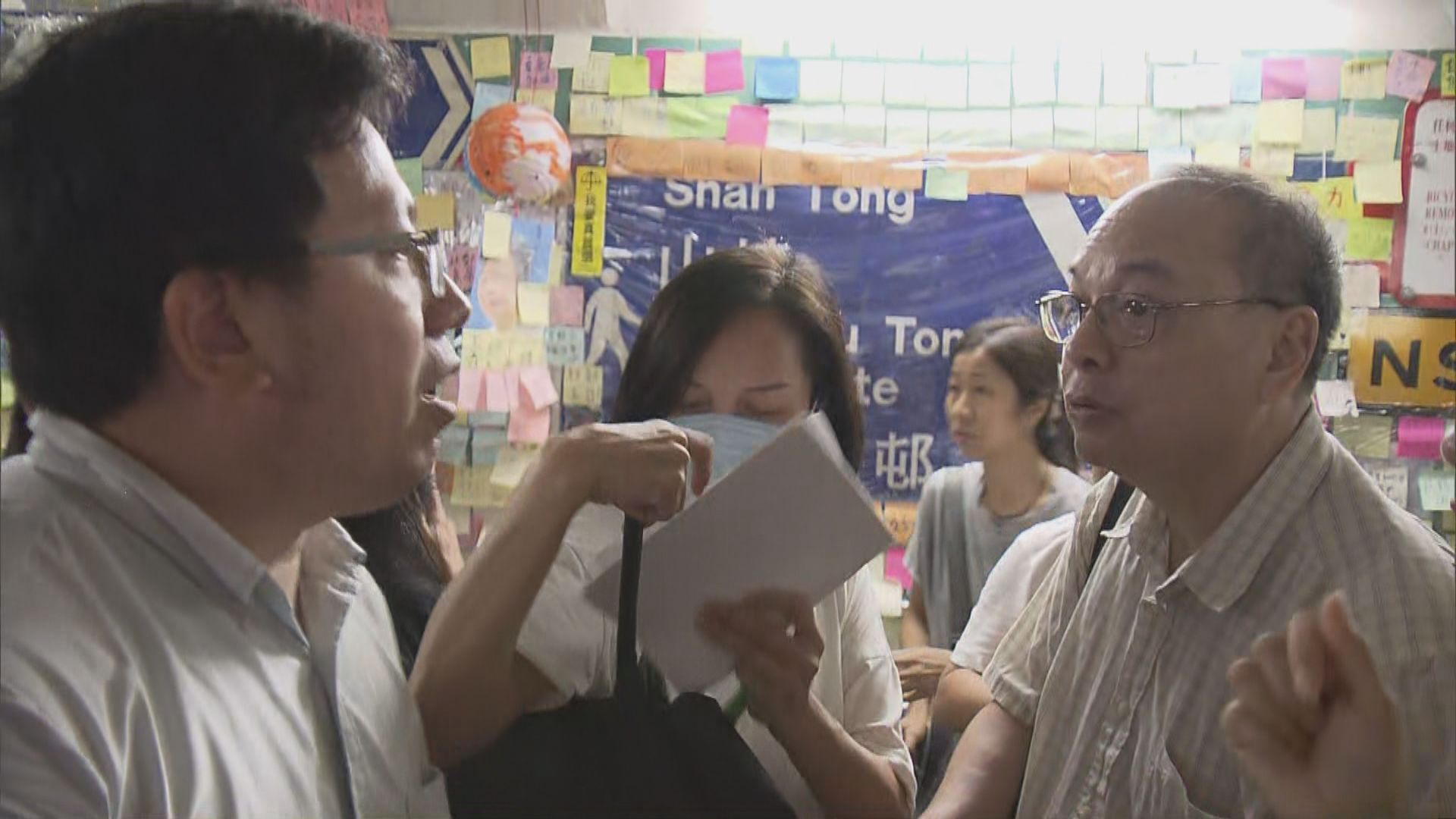 市民不滿「連儂隧道」紙張遮蓋路牌發生爭執
