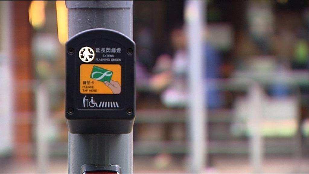過路燈設智能裝置延長綠燈方便長者