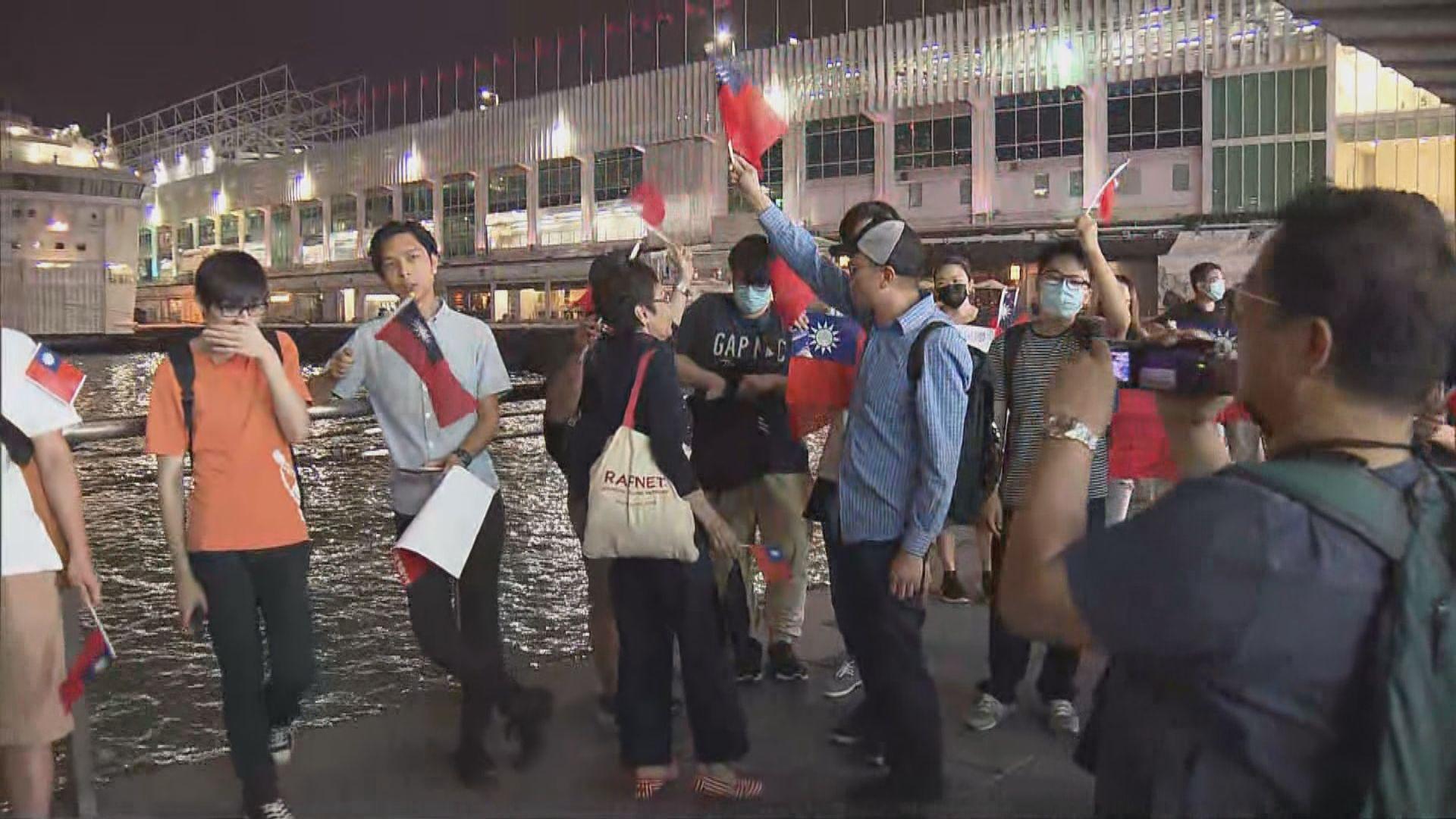 有市民到尖沙咀唱歌慶祝雙十節