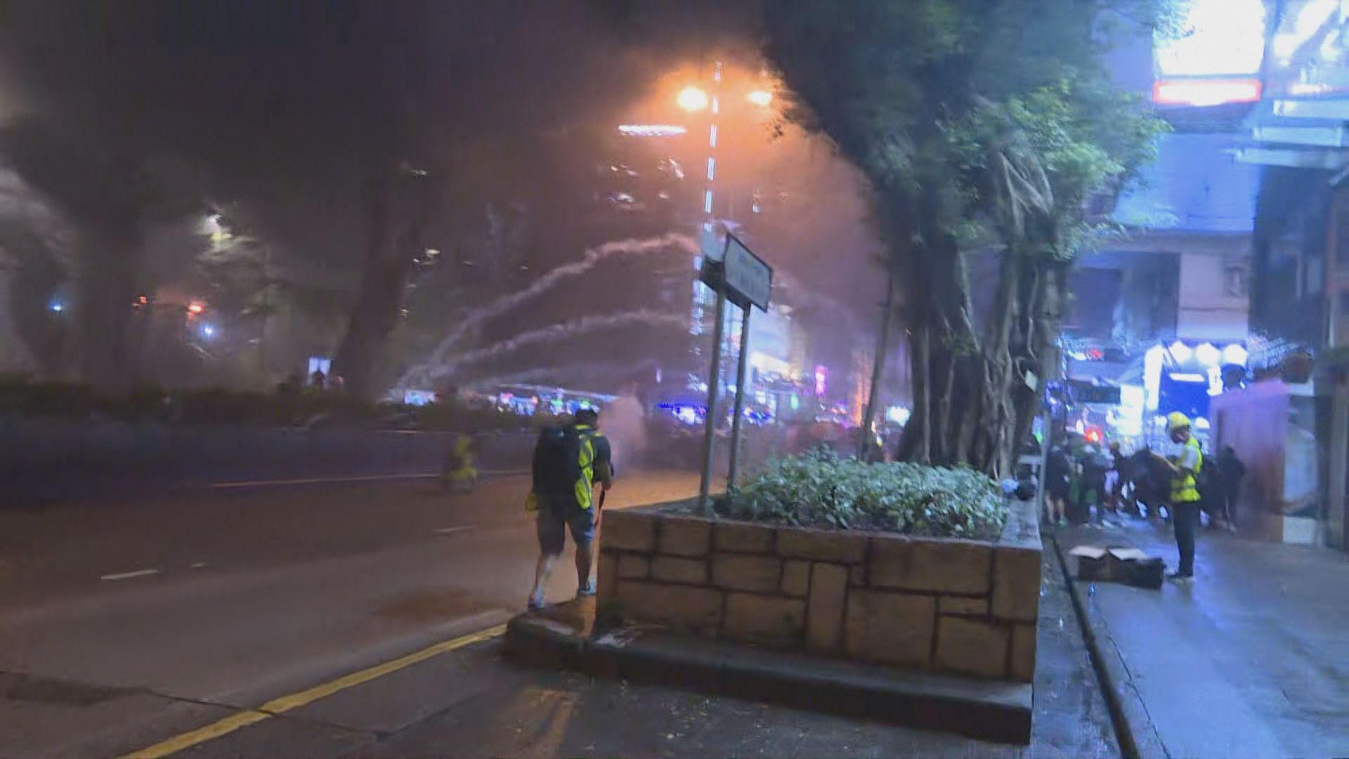 尖沙咀警署外催淚彈驅散示威者