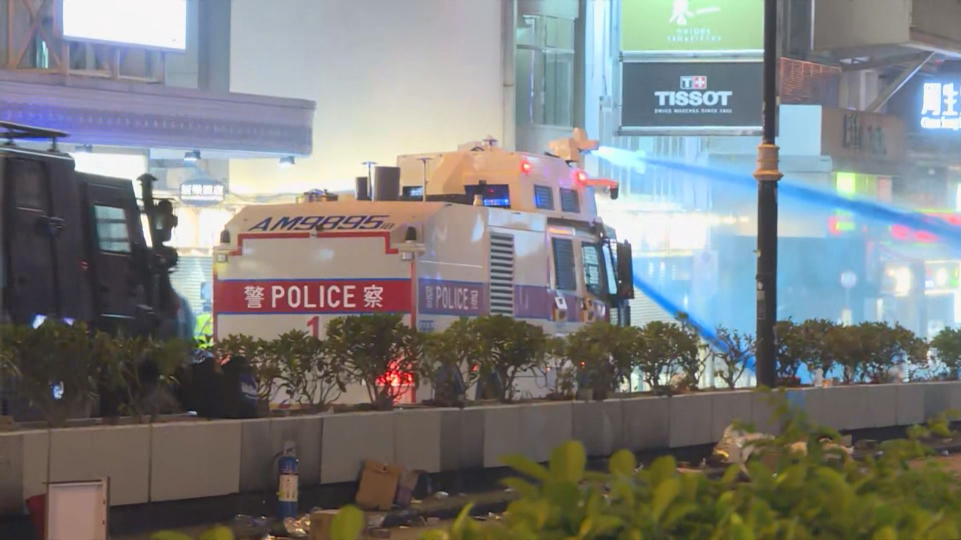 佐敦示威者持續聚集 水炮車出動噴藍色水劑