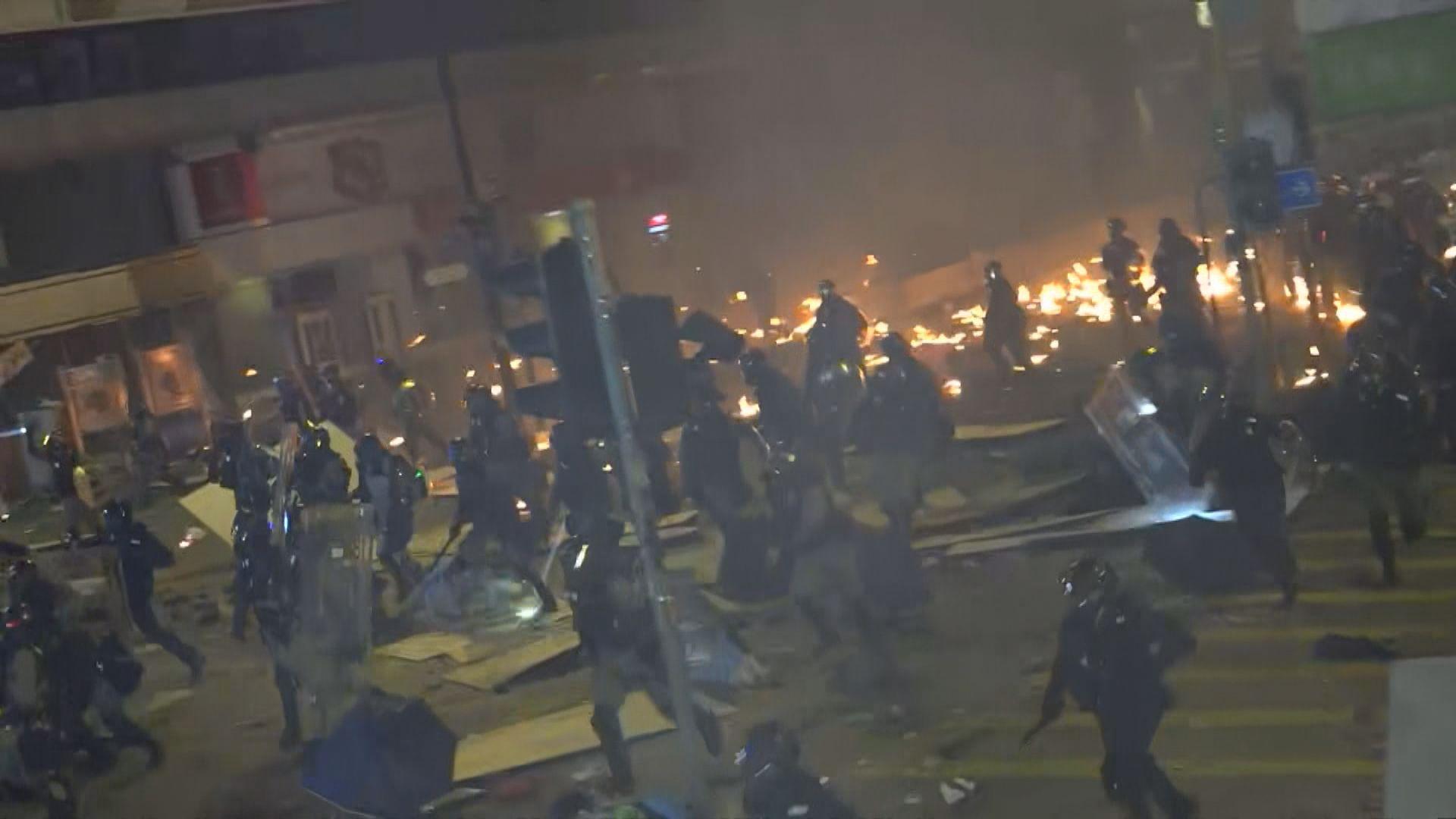 示威者昨晚持續聚集油尖旺 與防暴爆衝突