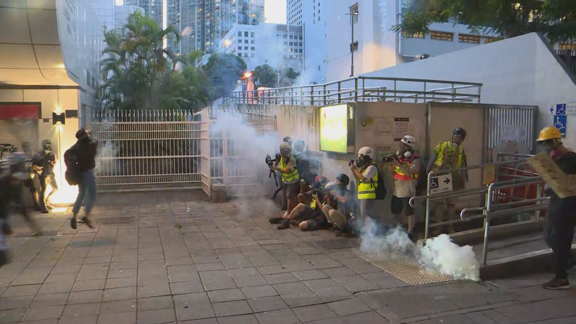 示威者圍堵尖沙咀警署 警方發射催淚彈驅散