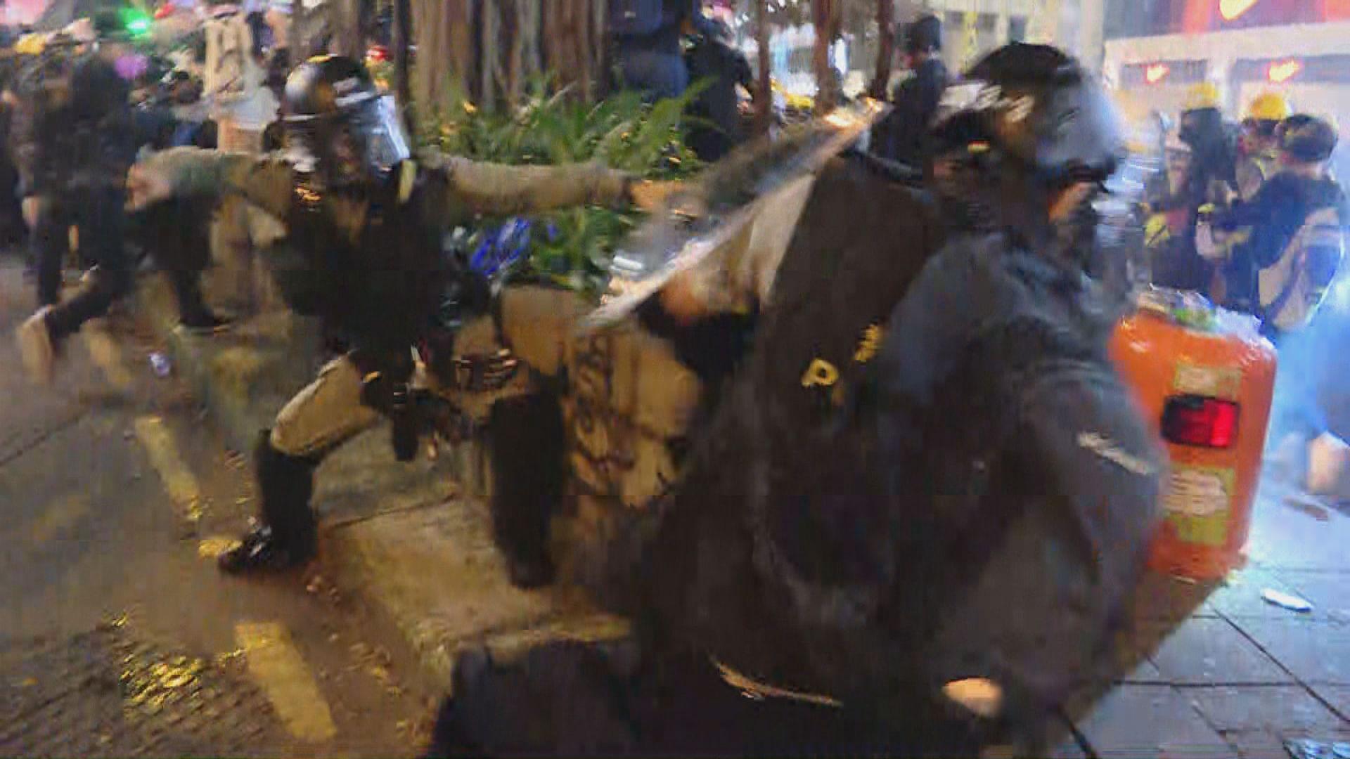 示威者再圍堵尖沙咀警署 警拘多人