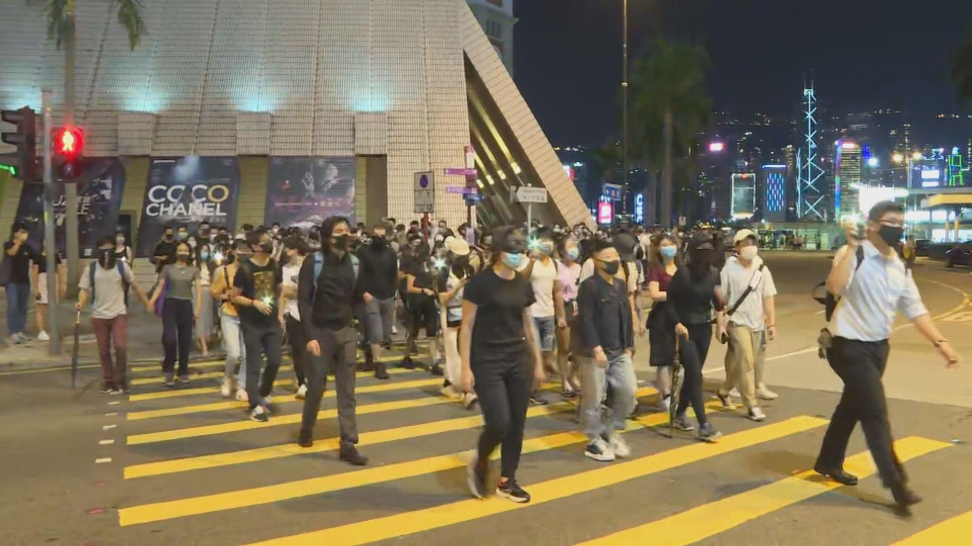 示威者在旺角破壞多間店舖