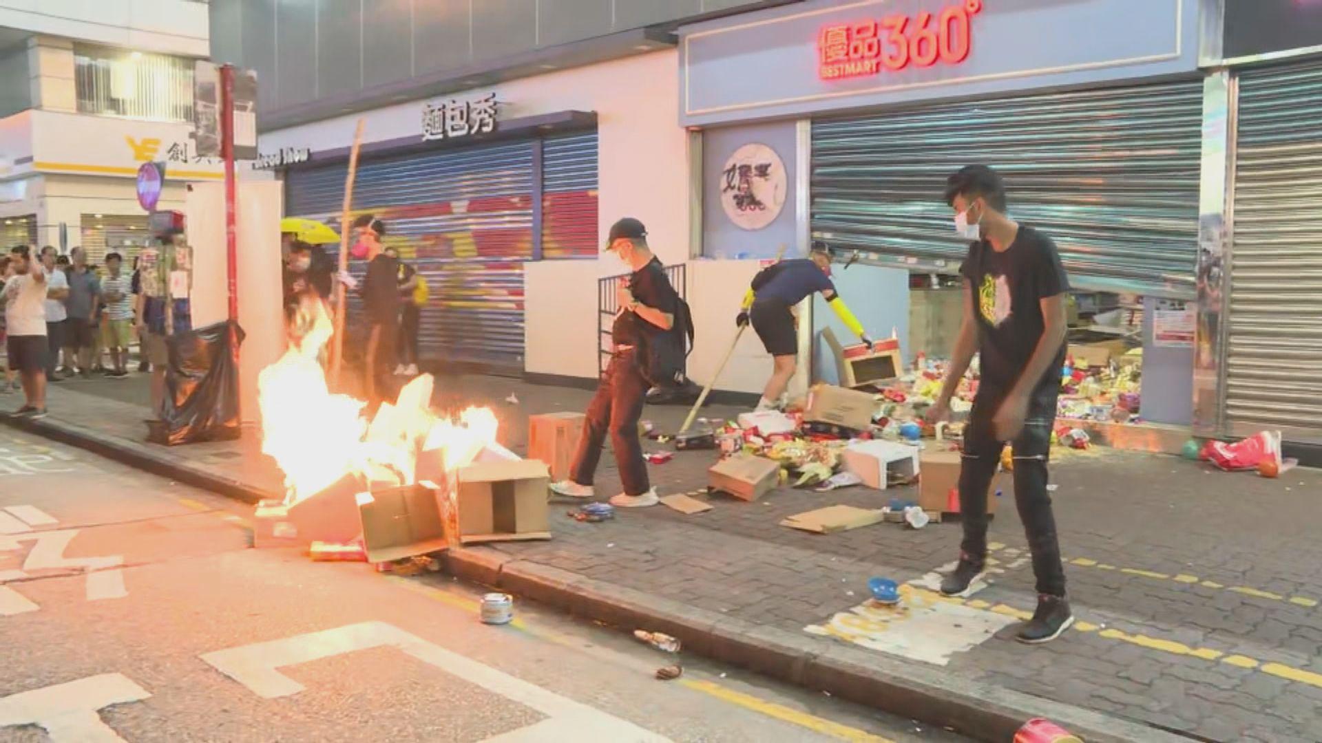 示威者旺角縱火及破壞港鐵站 警方一度舉起黑旗