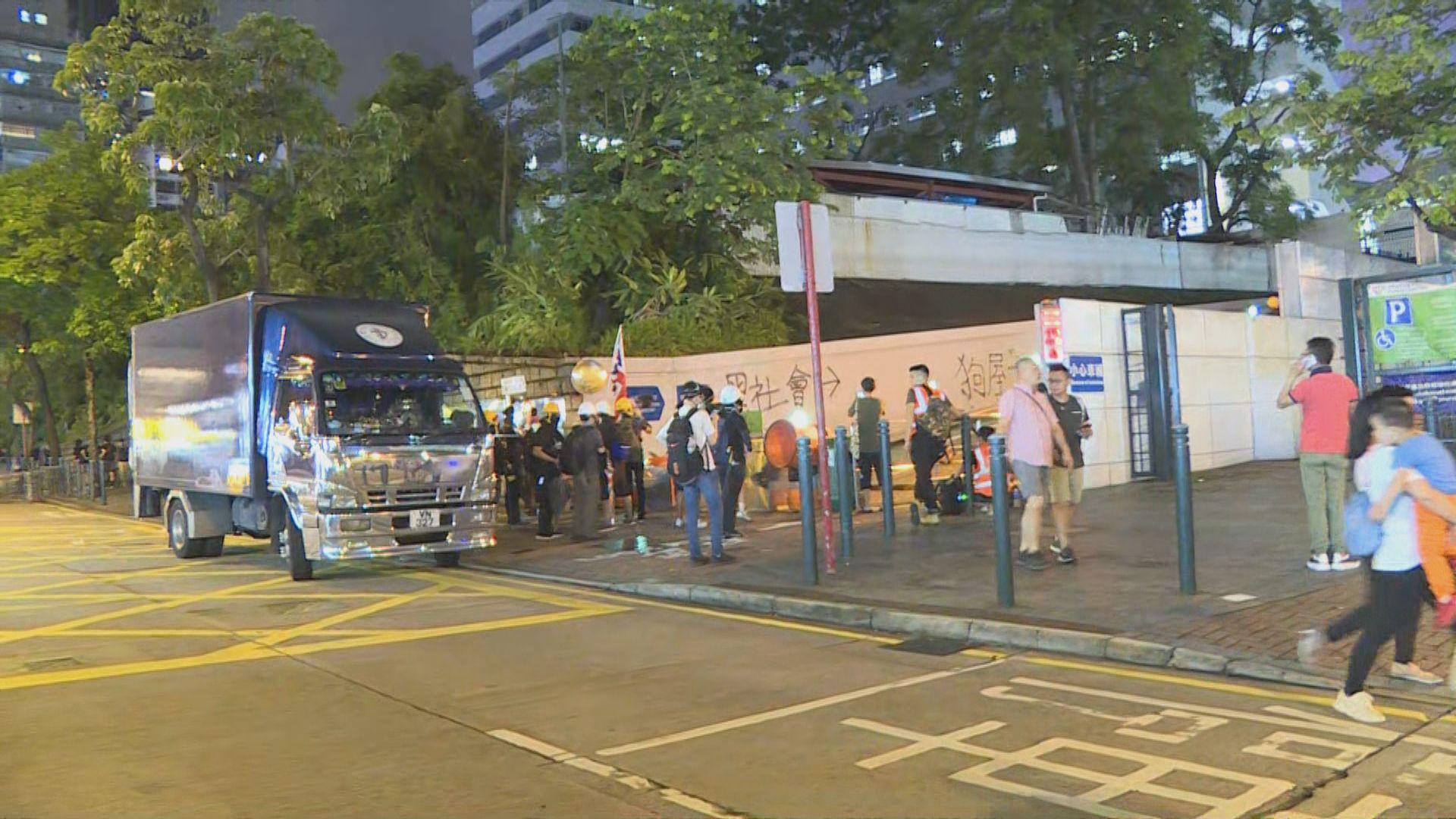 有示威者晚上包圍尖沙咀警署