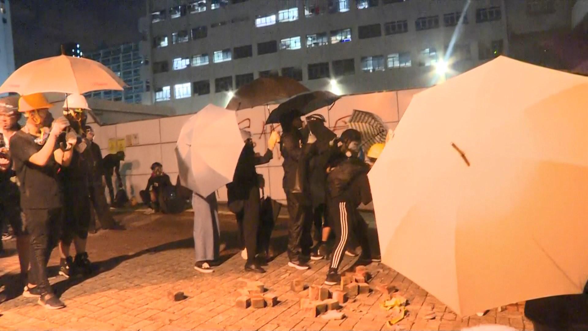 示威者包圍尖沙咀警署投擲磚頭及燃點雜物