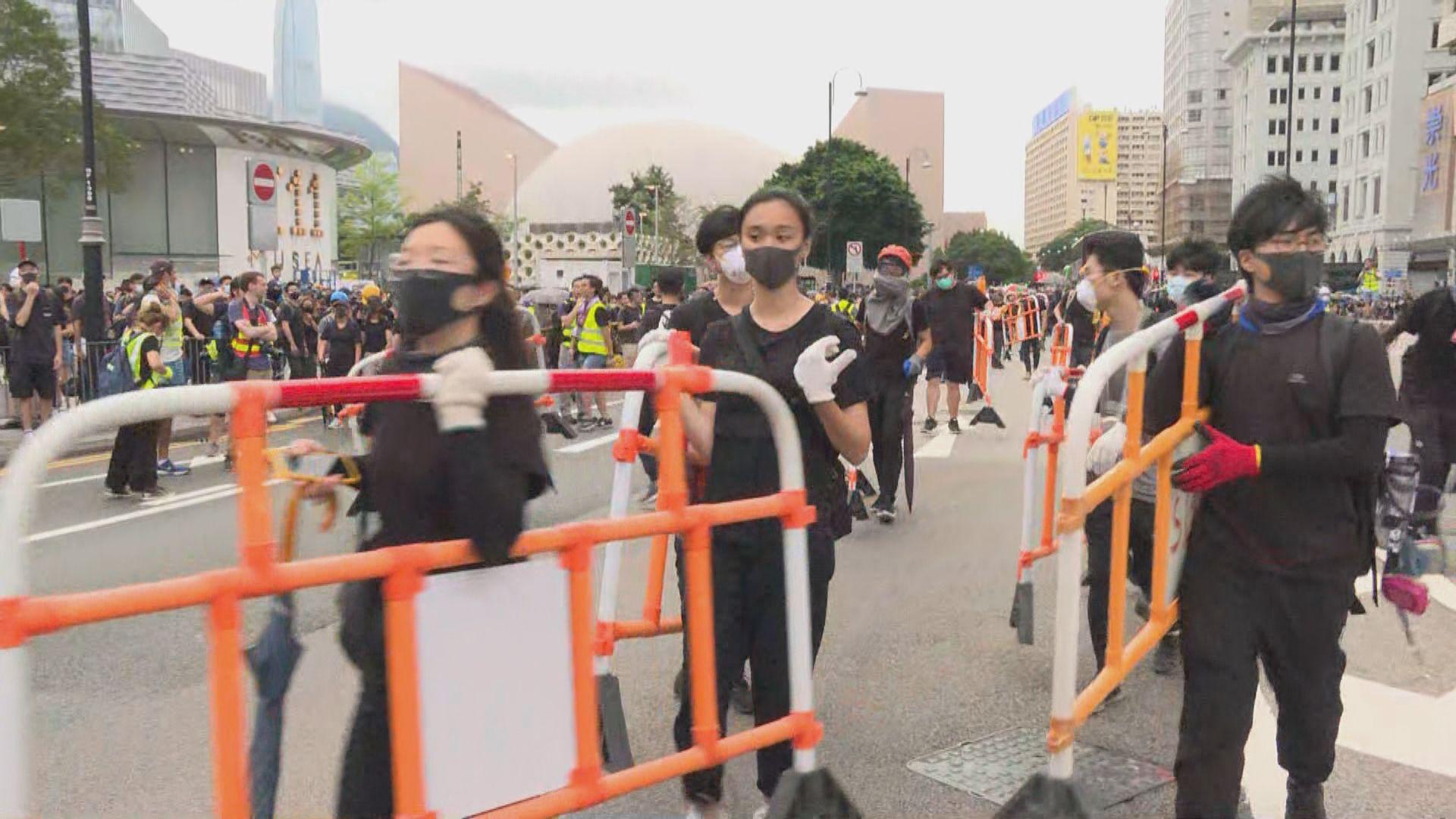示威者於尖沙咀一帶道路築路障
