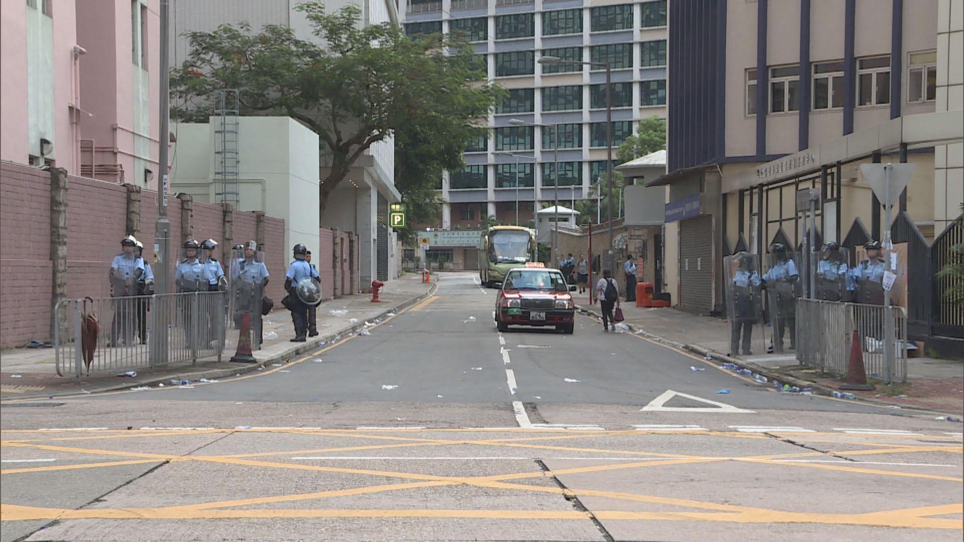 黃大仙紀律部隊宿舍外有警員把守