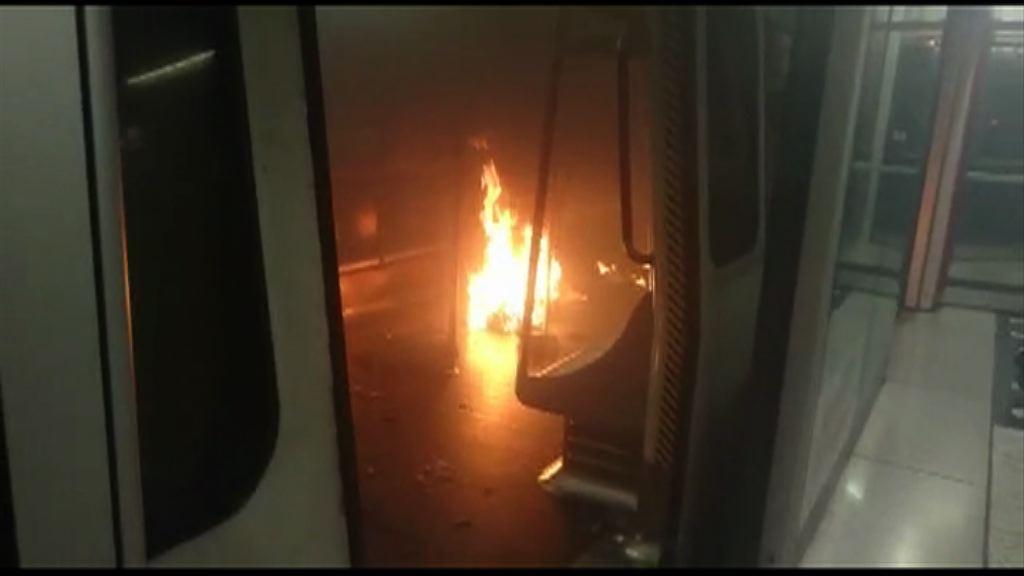 港鐵尖沙咀站車廂起火 警拘一人涉自焚