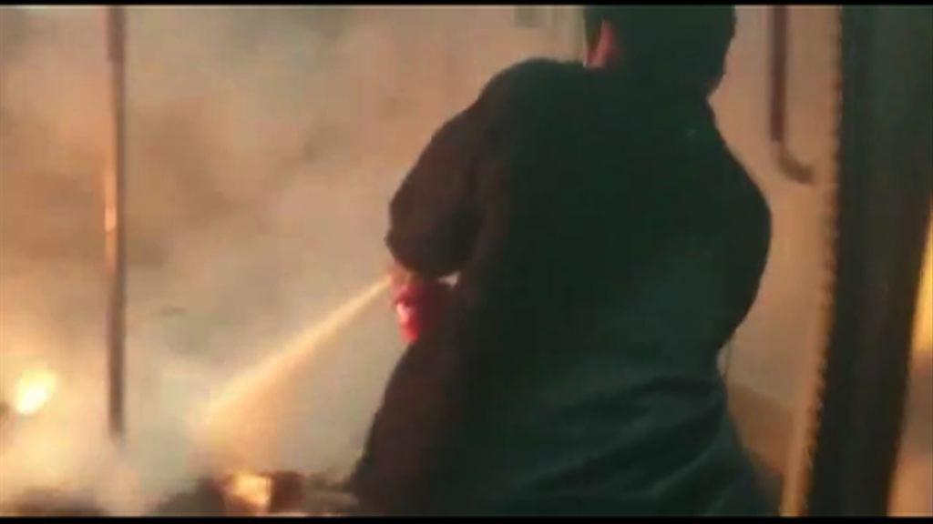 男子涉擲汽油彈自焚導致車廂起火