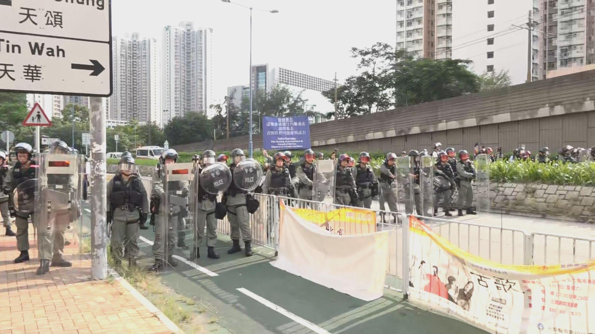 天水圍有過百人聚集 防暴警附近戒備