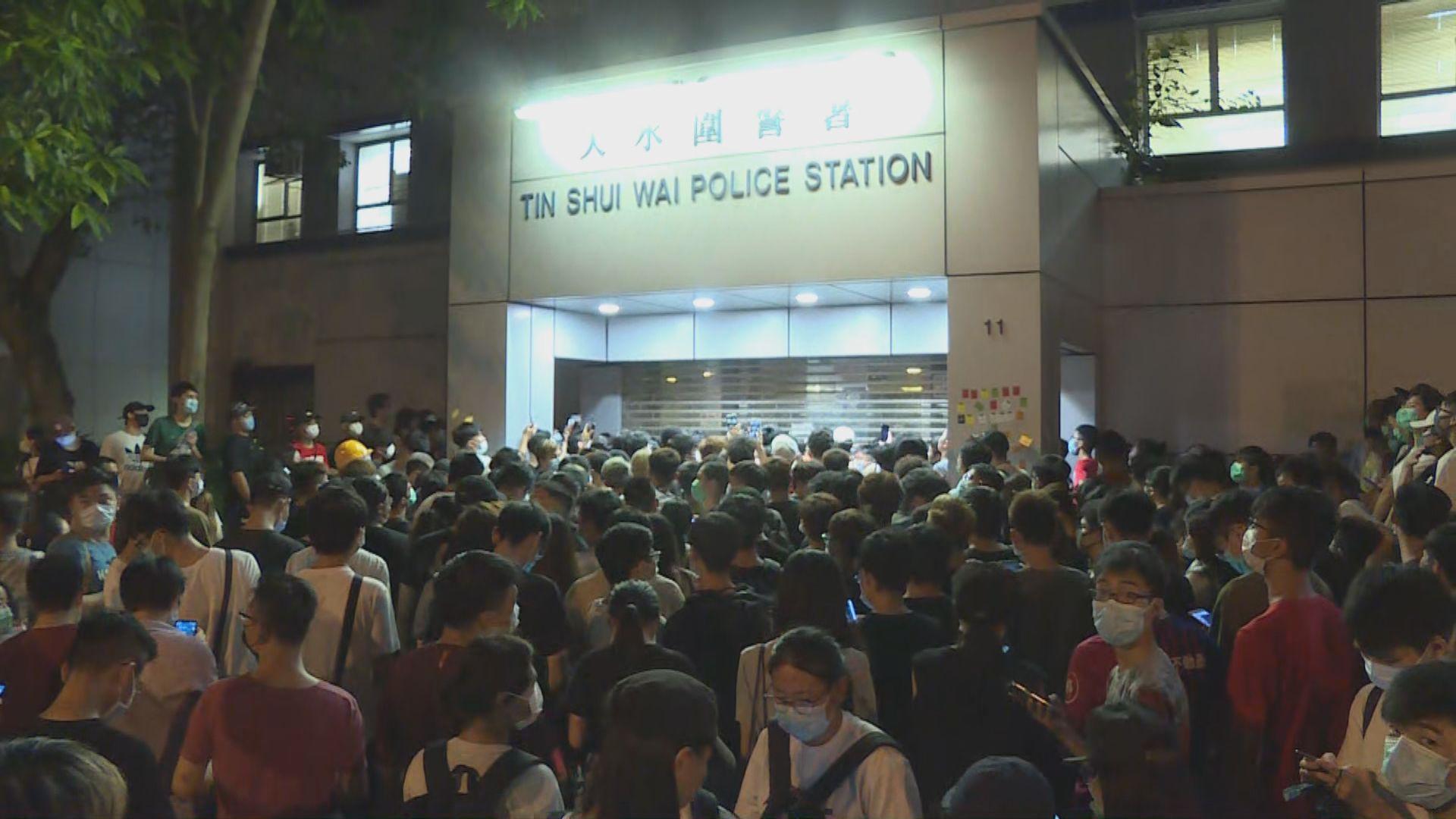 周三凌晨有數百人包圍天水圍警署