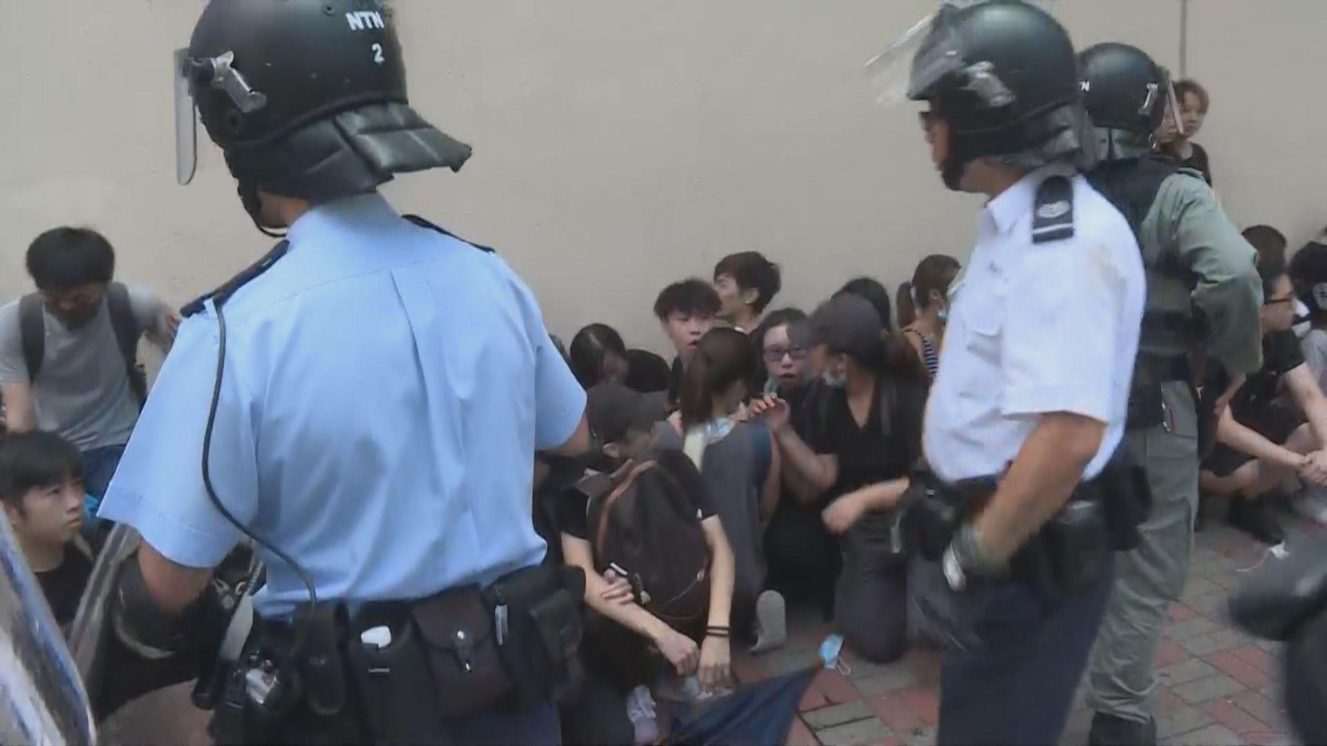 聲援被捕少女 有示威者天水圍警署外被制服