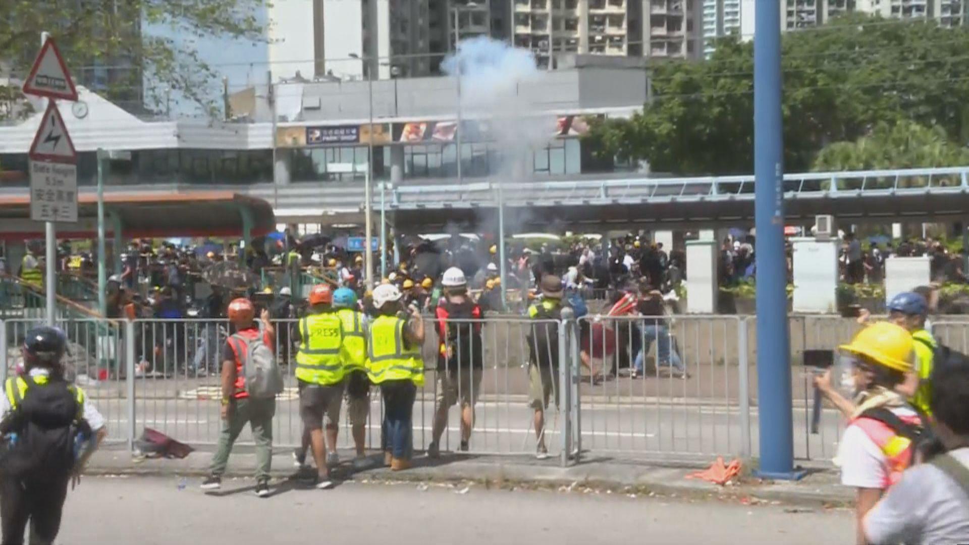 警員天水圍警署外施放兩輪催淚彈