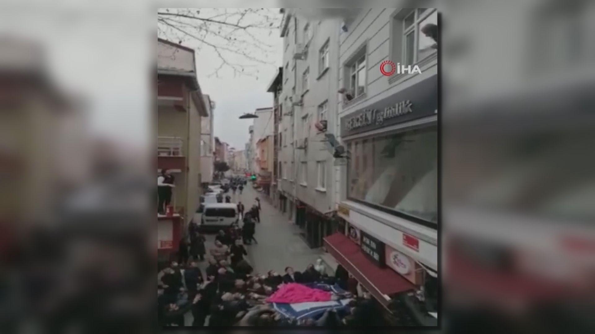 土耳其媽媽兵行險著擲孩子落樓逃離火海