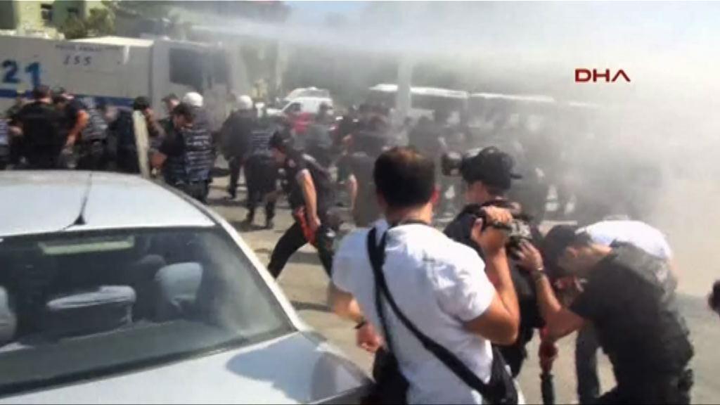 土耳其罷免28位市長觸發示威