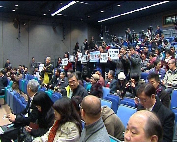 支持及反對亞視續牌巿民在公聽會多次對罵