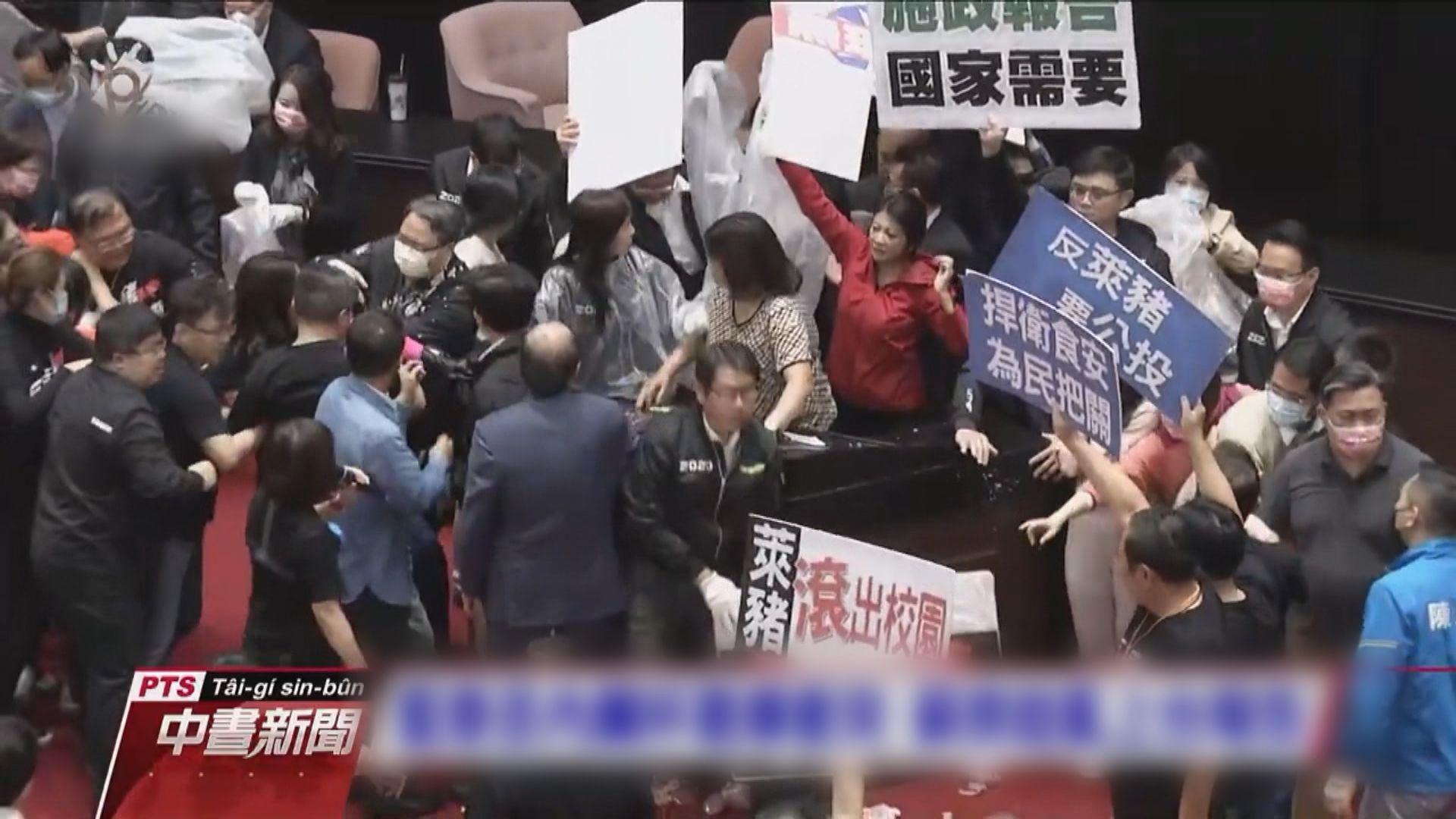 蘇貞昌宣讀施政報告 藍營有人潑豬內臟和豬皮