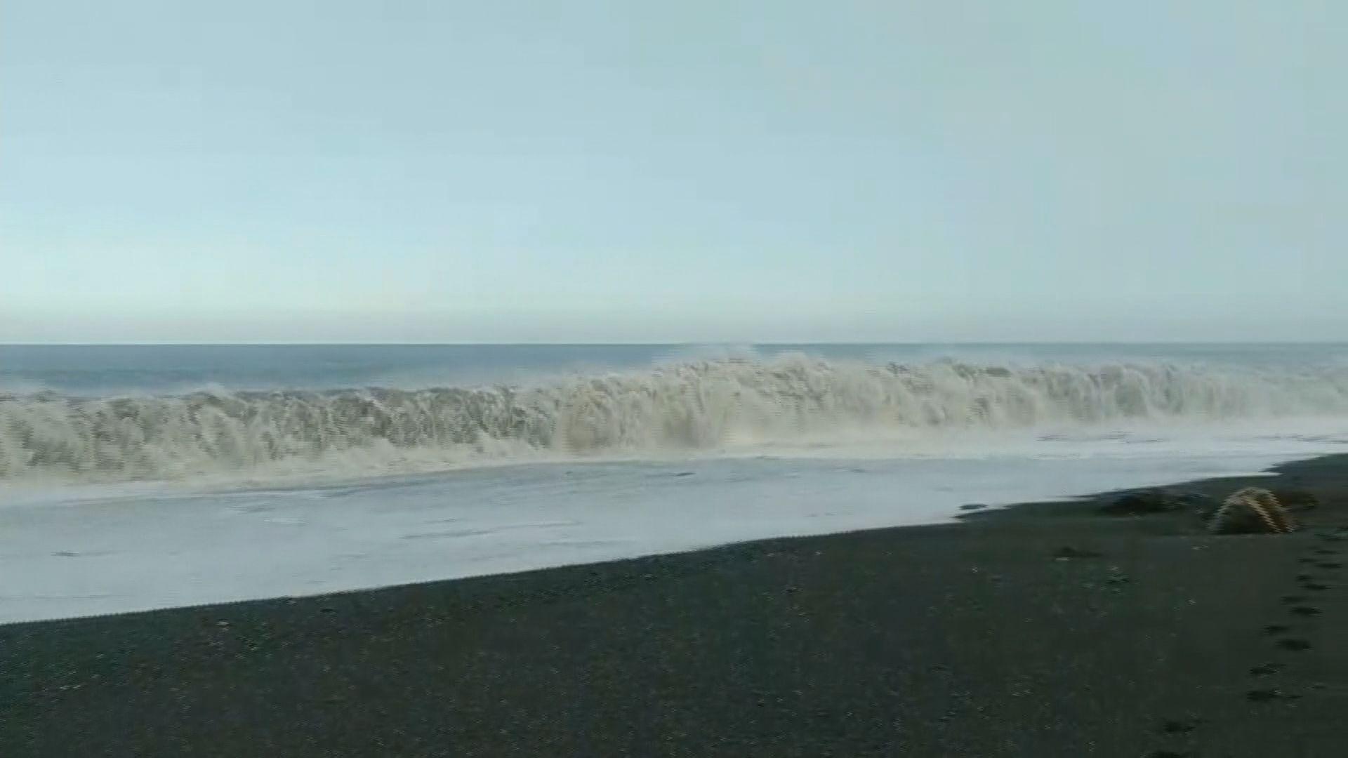 台灣宜蘭接連有民眾遭大浪捲走