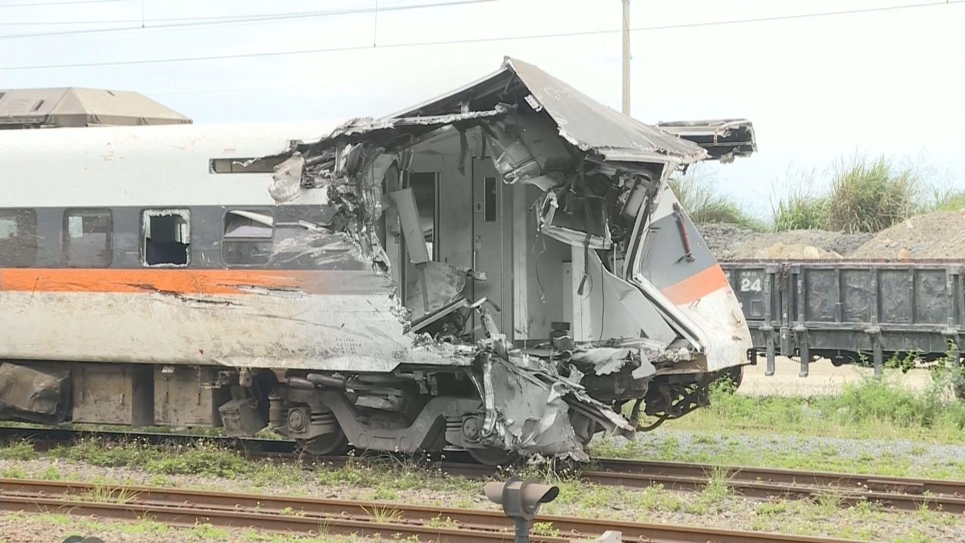 台鐵出軌事故 據報工地負責人曾用挖泥機將工程車拖回路面但失敗