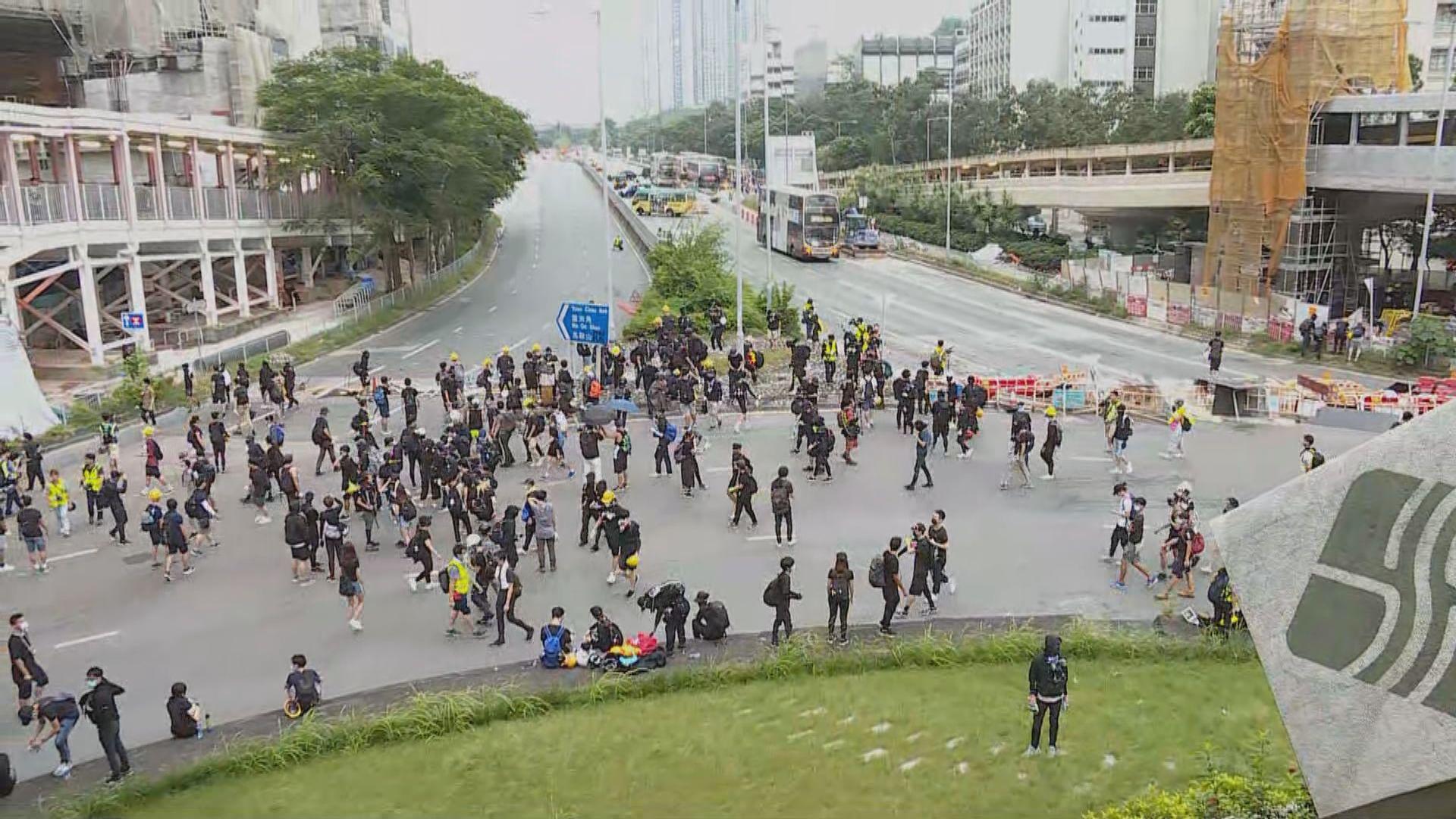 示威者由大埔轉到大圍堵塞迴旋處