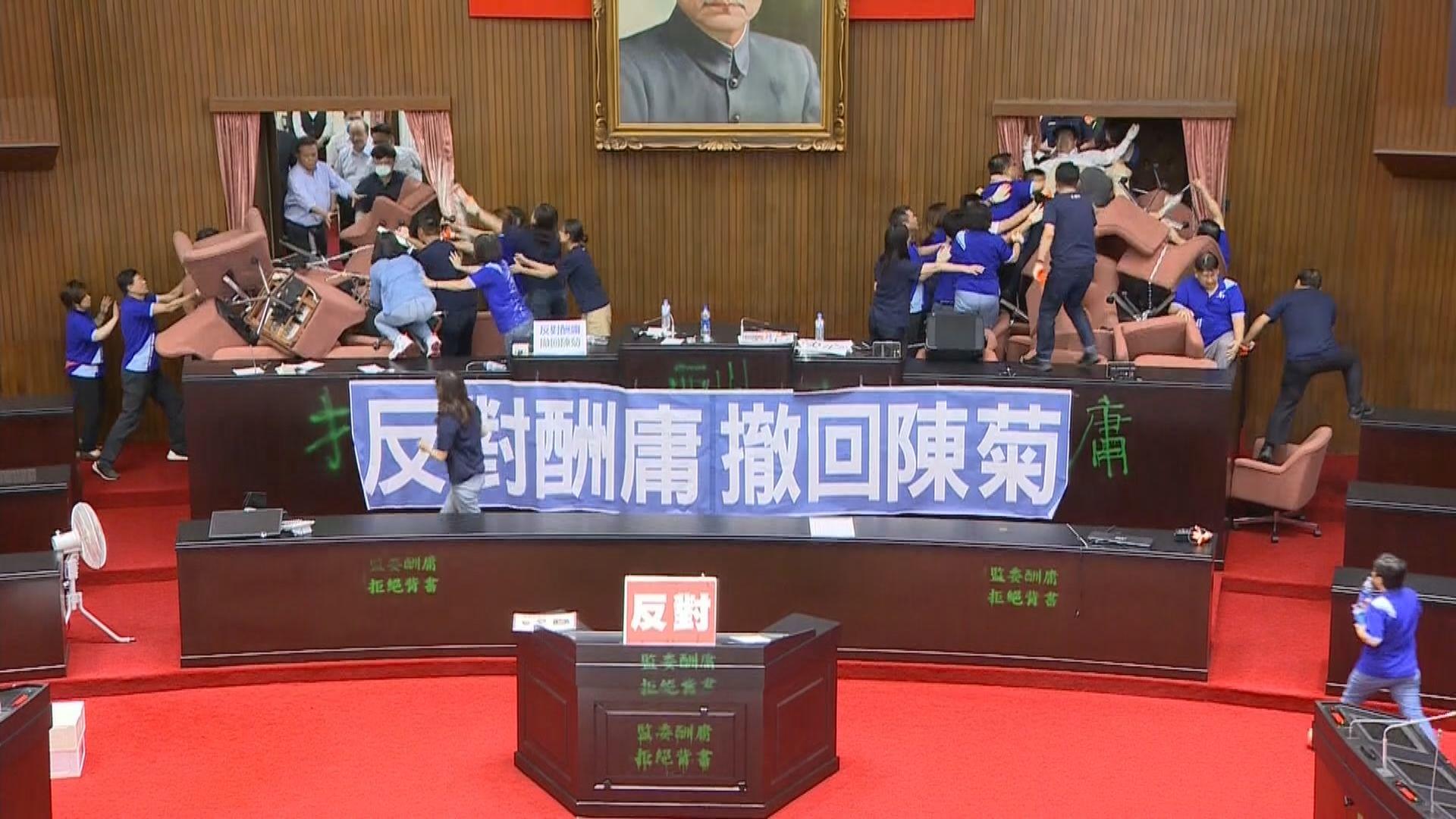 民進黨攻入立法院會議廳 藍綠爆發衝突