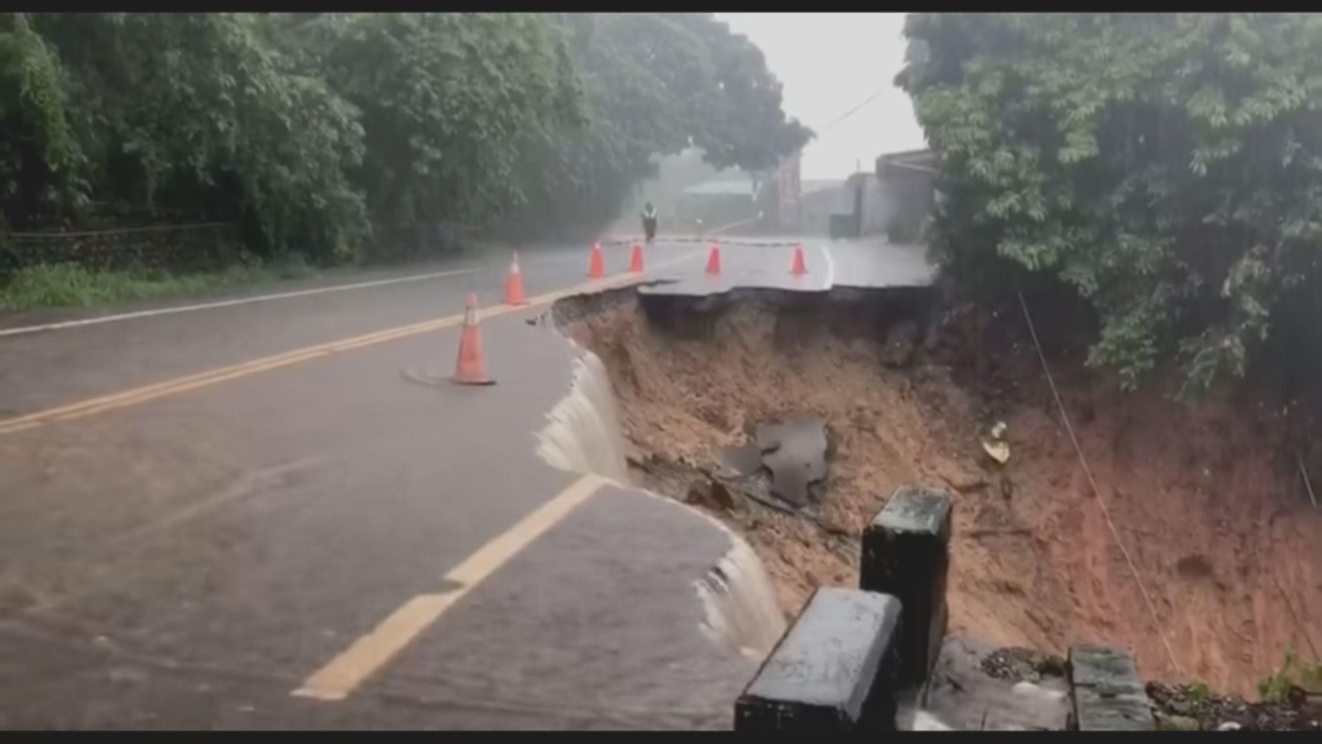 彰化縣下暴雨有山路塌陷 七旬婦人駕駛電單車跌入水溝