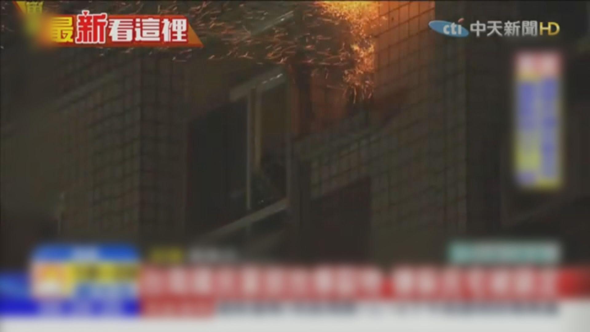 台警與疑放炸彈男子對峙 一度駁火發射催淚彈