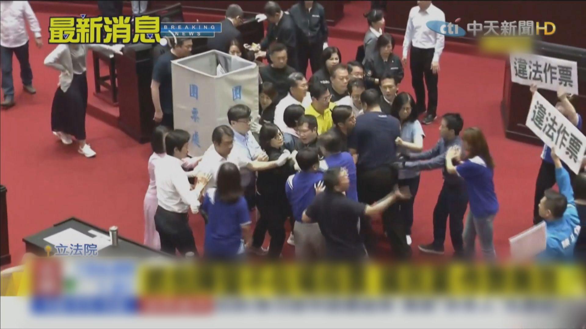 台立法院通過由陳菊擔任監察院長 藍綠表決時再爆衝突