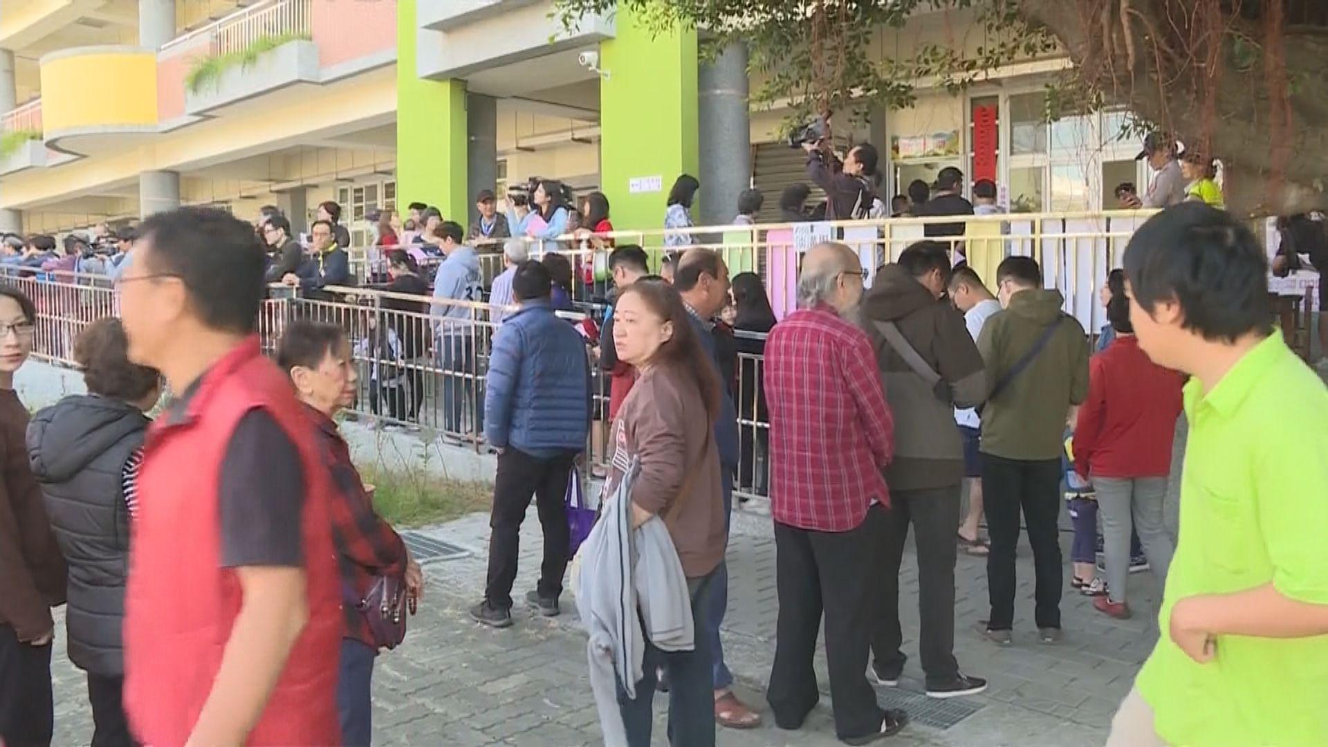 九合一選舉 投票安排混亂多地票站現人龍