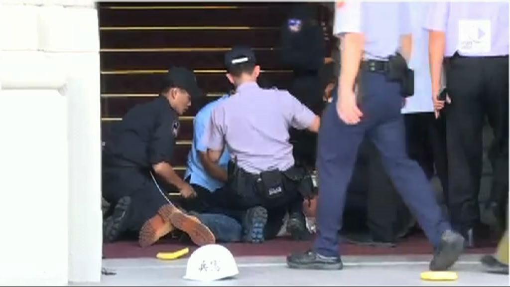 台男斬傷憲兵被捕 移送台北地檢署偵訊