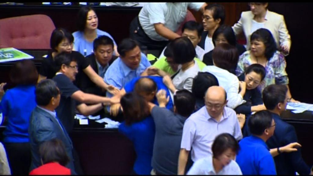 台灣立委大打出手阻前瞻預算報告