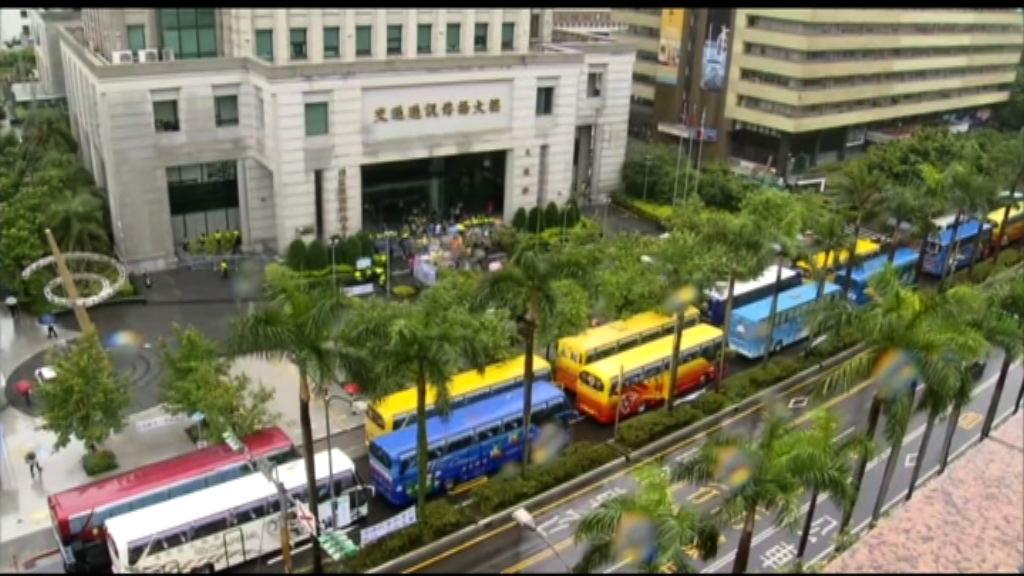 台灣抗議行動升級 過百輛旅遊巴包圍交通部