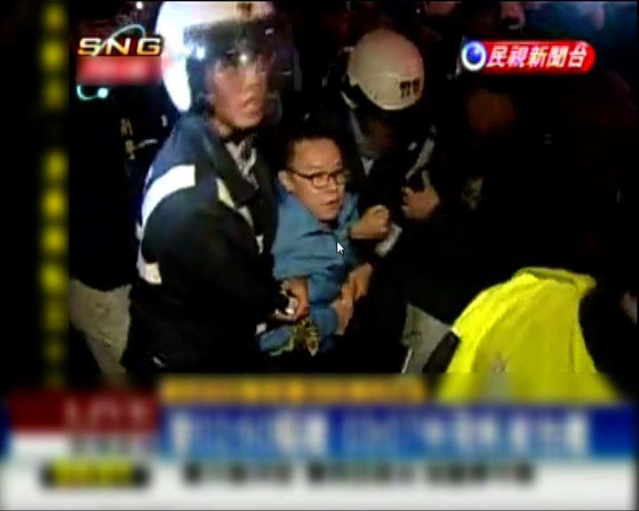 台北警方凌晨清場驅離反核民眾