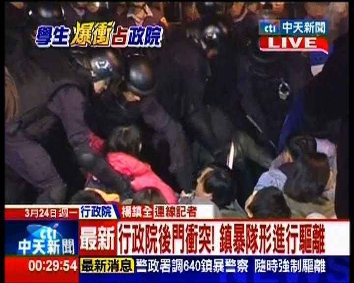 大批防暴警察清場抬走行政院示威者