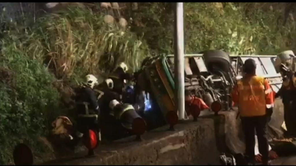 台北旅遊巴翻側最少32死