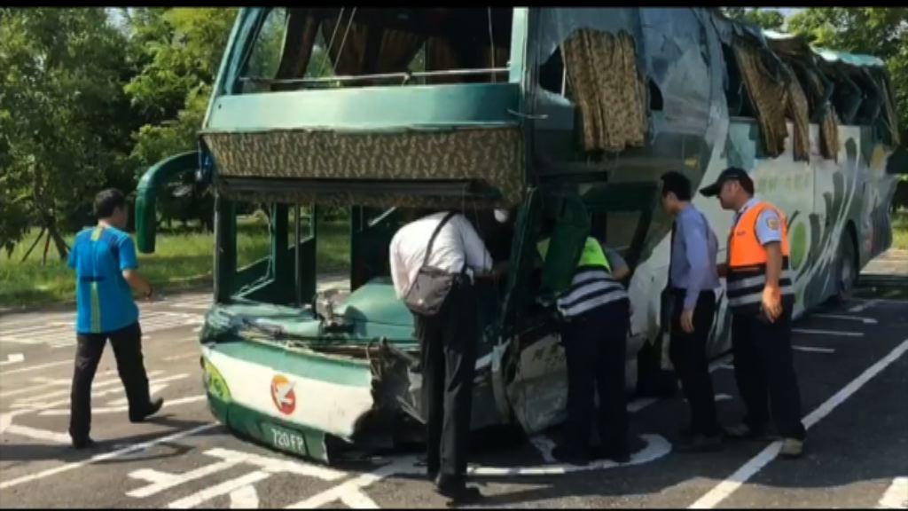台灣長途巴士失控撞欄6死11傷