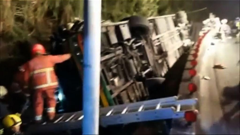 台北有旅遊巴翻側逾四十人死傷