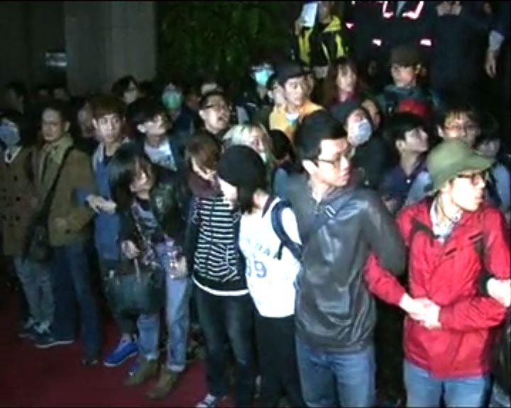 大批學生衝擊行政院與警推撞多人傷