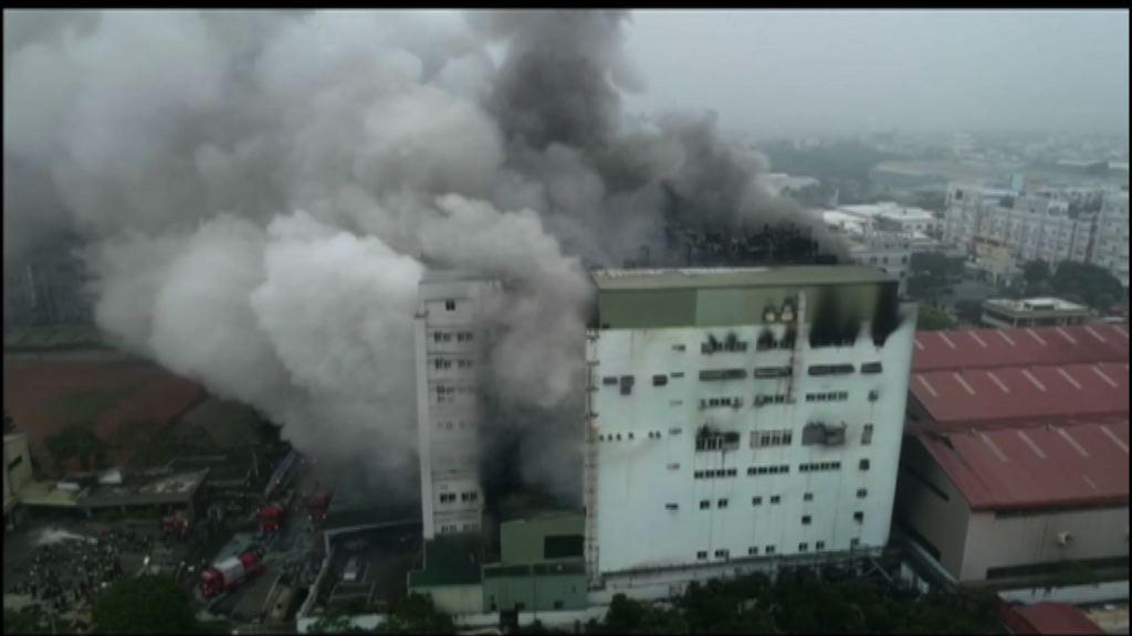 桃園工廠大火通宵燃燒 冒出濃煙化學品氣味