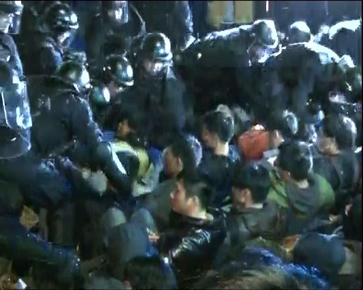 警方行政院清場逾百人傷61被捕