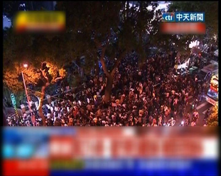 台灣示威民眾繼續包圍立法院