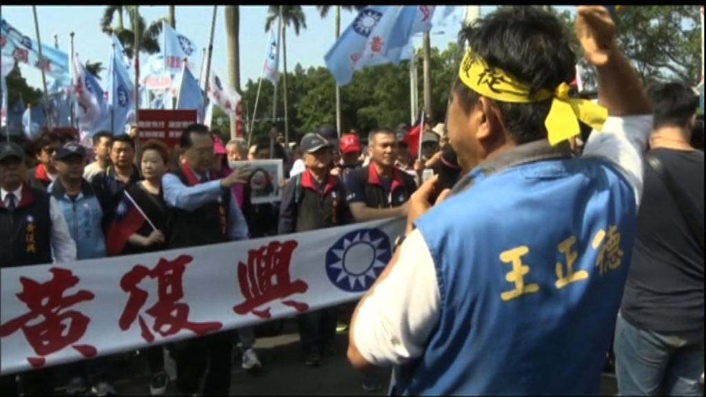 台灣反軍人年金改革示威持續